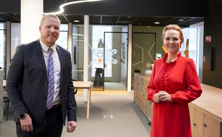Bilde av Adm. direktør Eivind Helgaker i Ice og statsråd Linda Hofstad Helleland