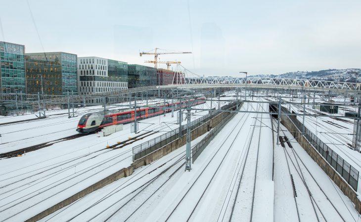 Toglinjer ved Sentralbanestasjon Oslo en vinterdag